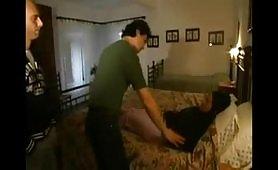 Il cornuto si inchiappetta la moglie tettona assieme all'amante
