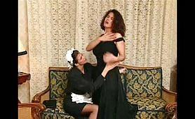 La padrona si diverte con la sua domestica