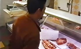 La macellaia inculata in negozio