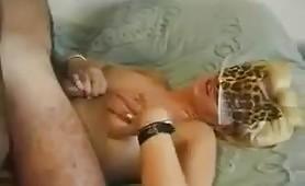 Sborrata mentre viene masturbata