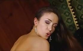 Per la calda porcona italiana Ginevra Corsi il sesso anale non e` tabu`...