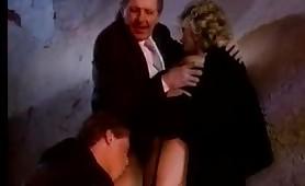 Per tutti i fans della pornostar francese Joy Karin's, una calda scena vintage italiano