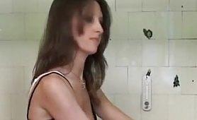 L'idraulico in casa le mette il cazzo nel culo