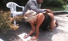 Cazzone nero nel culo di una bionda prof italiana