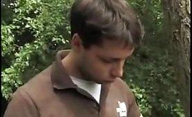 Ragazza italiana gode nel bosco insieme ad uno sconosciuto