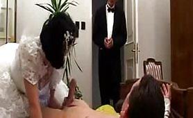 La sposina festeggia il matrimonio con una bella orgia e tanto godimento