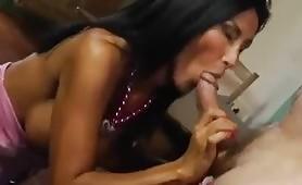 Angela Gritti tutta abbronzata lo prende in figa e nel culo da un prete