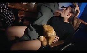Giovane troietta scopata davanti ad un porco maturo