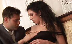 Alessia Roma nei panni di una vedova consolata da giovane cazzuto