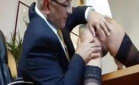 Calda segretaria bionda ed occhialuta gode in ufficio