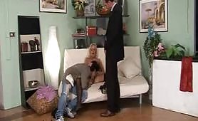 Due maschi cazzuti soddisfanno una calda maiala bionda