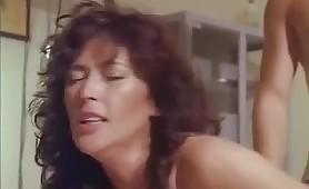 Scena porno vintage ripresa dal film italiano Moglie molto infedele