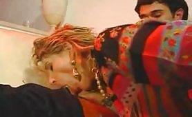 Una calda milf porca italiana gode in scena porno vintage