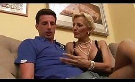 Una calda mammina italiana soddisfa il figlio