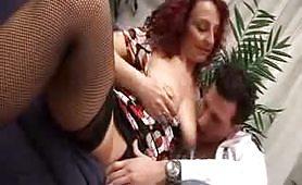Zia rossa e maiala soddisfa il giovane nipote