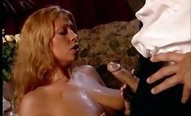 Una stupenda milf bionda maggiorata gode in scena anale