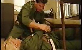 Un bel video porno classico con soldati arrapati