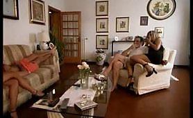 Due calde porcone italiane soddisfatte da un maschio cazzuto