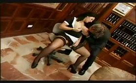 Domestica troia inculata nell'ufficio del suo padrone