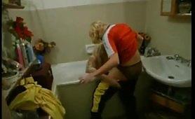 Carla scena amatoriale lesbo in vasca da bagno