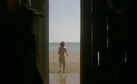 Anna Galiena un'attrice italiana di cinema e teatro gode in scena erotica al mare