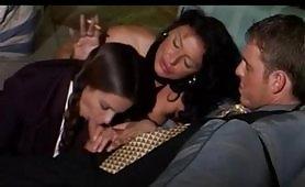 Una madre bona e troia insegna alla giovane figlia a scopare