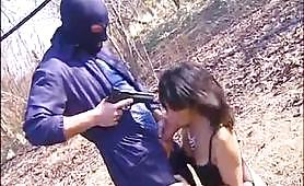 Ragazza nel parco stuprata da uomo mascherato