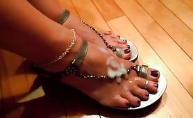 Ecco i bei piedini sborrati di mia moglie, Chiara!