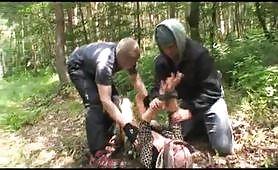 Matura abusata da due uomini arrapati nel bosco