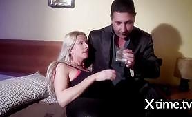 Mentre il marito si guarda la partita, la moglie vogliosa le mette le corna...