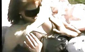 Pornazzo amatoriale italiano con coppia di maialoni nudi in pubblico