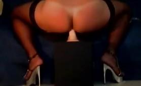 Moanatrav, sexy transex italiana si incula con un grosso dildo