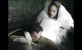Eccitante scena di sesso peccaminoso in chiesa fra una bella sposa e il prete cazzuto