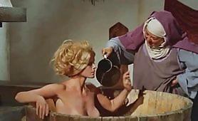 Calda scena vintage ripresa dal film Quel gran pezzo dell'Ubalda tutta nuda e tutta calda