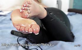Porno fetish con calda giovane bionda che sega un grosso randello e viene schizzata sui piedi