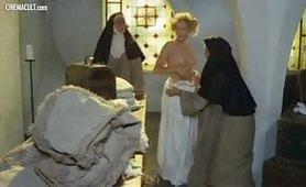 Scena vintage ripresa dal film italiano Storia di una monaca di clausura