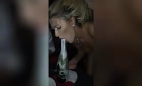pompino di modella alla bottiglia di champagne