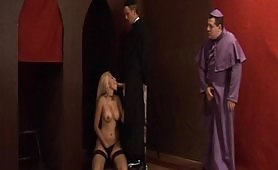 Sacrilegus i vizi del cardinale - quarta scena di sesso a tre con milf bionda
