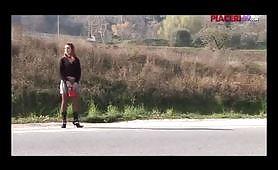 Prostituta dai capelli rossi fa un pompino in auto