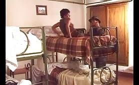 Zoccolona sul letto a castello