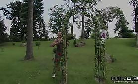 Bionda tettona italiana inculata sul divano dal giardiniere